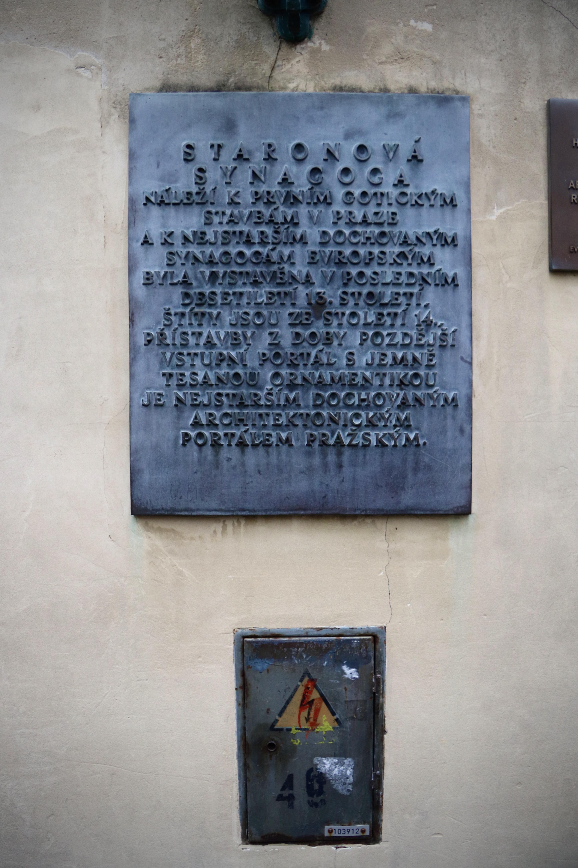 Deska na zdi Staronové synagogy